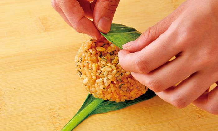 包んで簡単おむすび!まるっと可愛いピリ辛葉包みおむすび