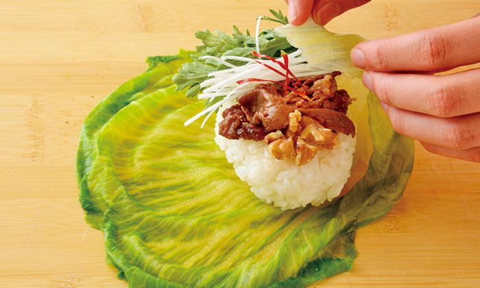 ごはんと一緒に野菜も食べられる!春菊と牛肉のレタス包み