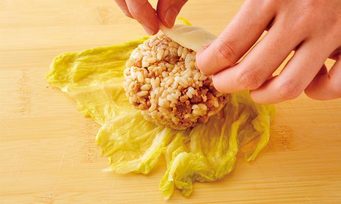 お子さんも食べやすい!白菜漬けの鶏そぼろむすび