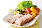 今夜の献立に人気の簡単レシピ。「塩豚フライパン蒸し」の作り方。