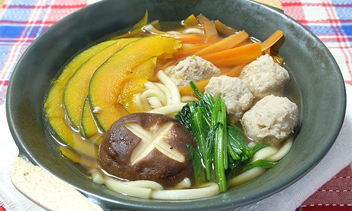 【一皿・時短】1人用鍋で作る!蓮根入りつくねの煮込みうどん