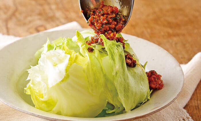 レタスサラダ・ベーコンとドライトマトの温ドレッシングのレシピ(作り方)