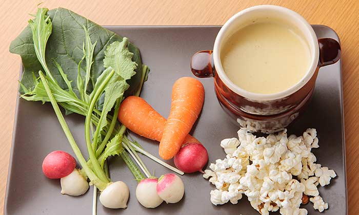「ゴルゴンゾーラのチーズフォンデュ 有機野菜スティックとポップコーンと」のレシピ(作り方)