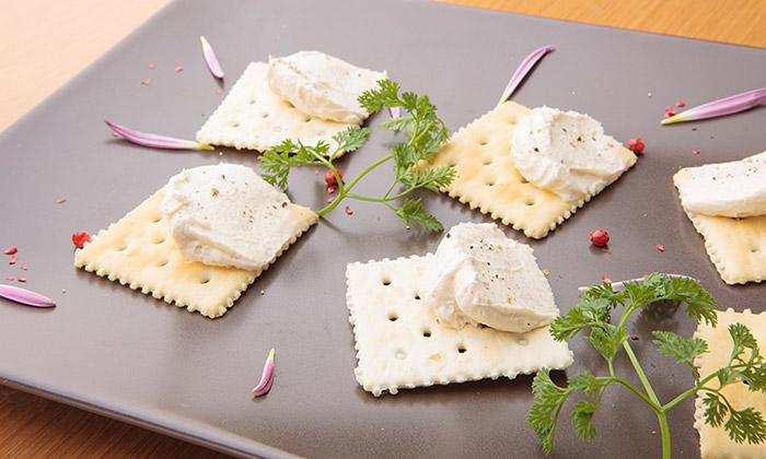 クリームチーズのクロスティーニ 味噌風味のレシピ(作り方)