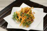 【とにかく簡単】サクサク食感が楽しい葉付き人参と玉ねぎの2種かき揚げ